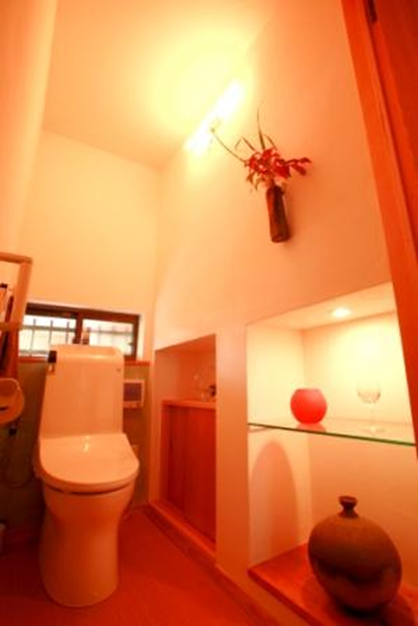 ドアを開けると同時に室内、陶器棚の照明が同時に明かりが付くように。明るく自然素材の壁も雰囲気は、施主様の趣味を取り入れ、大変気にいっていただきました。<br />