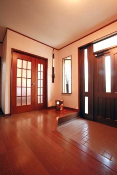 玄関は陶器の照明器具が置けるよう、建具にも工夫。